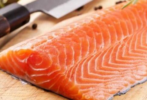 红酒配三文鱼,当下流行吃法???