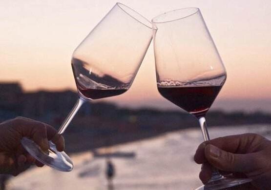 可以不爱喝葡萄酒,但你的品酒态度得正确