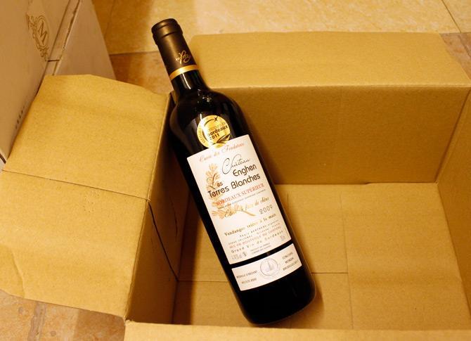 某女子在深圳入境,因携带假酒标葡萄酒被海关扣留