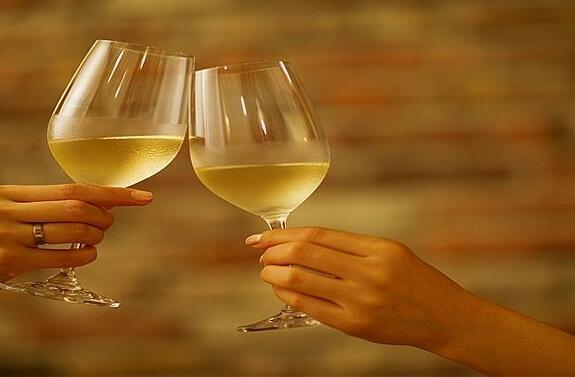 白葡萄酒怎么喝最好?干白葡萄酒有什么功效?