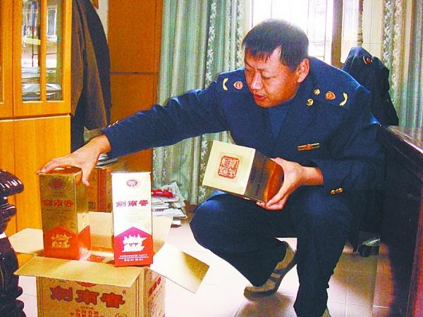 渭南市食监局查获两家疑似售卖假冒名酒的店铺