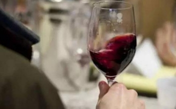 为什么喝红酒前都要摇晃红酒杯?