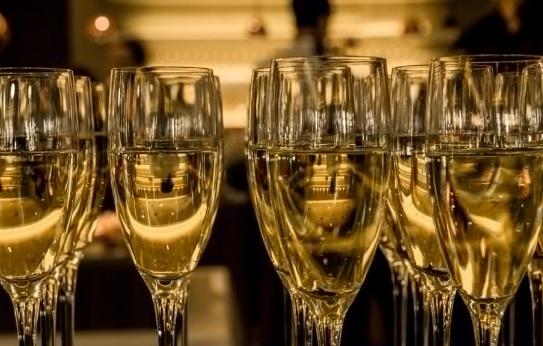 原来喝香槟还有这么多功效 以前都白喝了