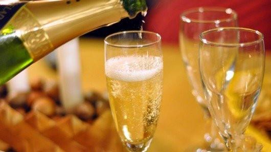 你知道为什么航母下水要摔香槟?