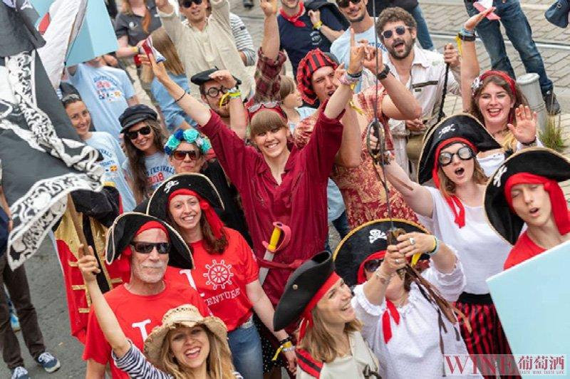 波尔多葡萄酒节20周年:美酒文化盛宴与高桅帆船赛碰撞的夏日狂欢
