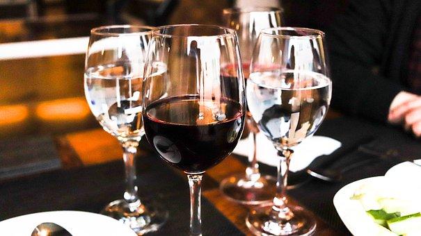在西式的婚宴上,各位知道怎样来去挑选酒用酒吗?