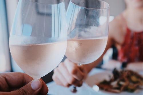 智利葡萄酒最出名产地,左边背对着海,右边环绕着山