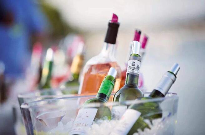 首届波尔多白葡萄酒节日前在加隆河畔举行