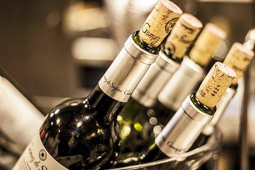 各位知道葡萄酒底部凹槽是到底有着什么作用呢?