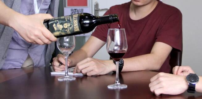 震惊!葡萄酒资深媒体人竟然请我们喝山寨拉飞!