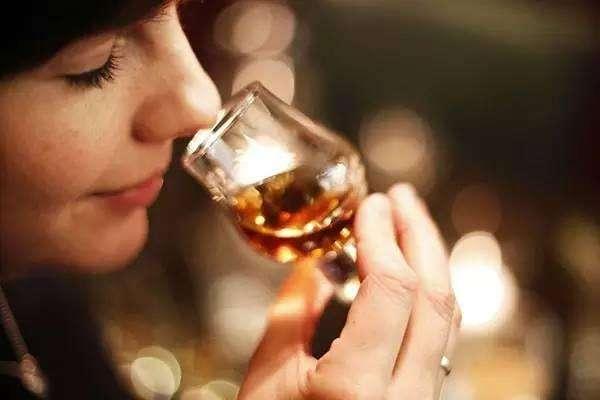 """最新研究:""""人造舌头""""可以分辨假酒"""