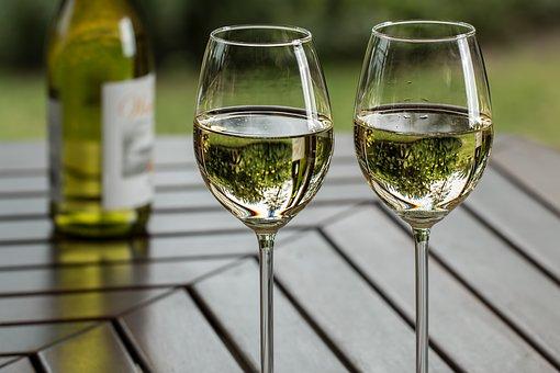 为什么白葡萄酒适合在夏天来品尝?