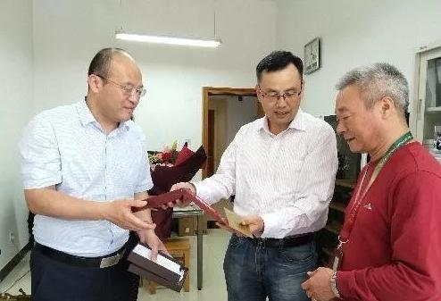 """李华教授获赠""""庆祝中华人民共和国成立70周年纪念章"""""""