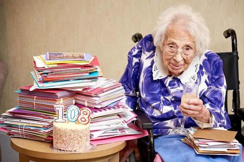 英国老人迎来108岁生日,长寿秘诀是喝香槟