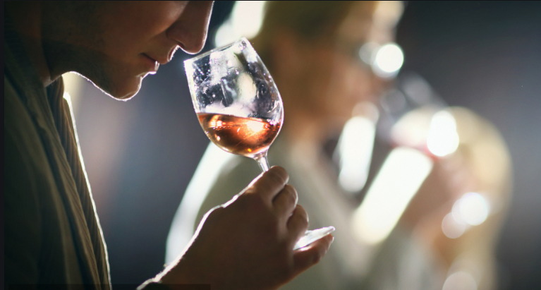 关于抽烟前喝杯红酒能减少烟毒对身体的危害是真的吗