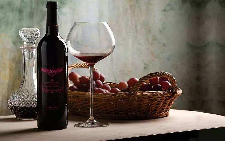 白葡萄酒可以选择小号的郁金香型高脚杯喝