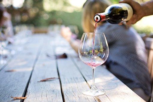 大家是觉得用什么方式来去判断葡萄酒更好呢?知道方法吗?
