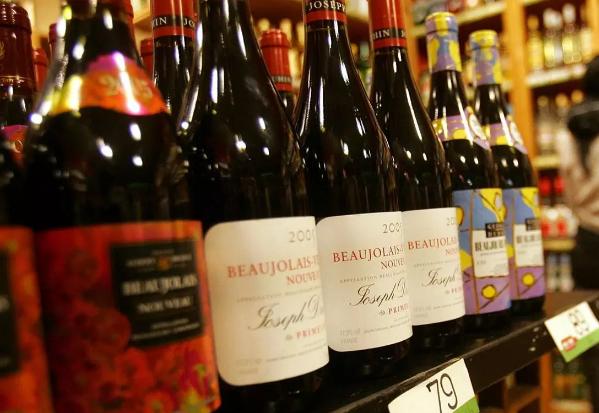 无人机为隔离邮轮配送葡萄酒