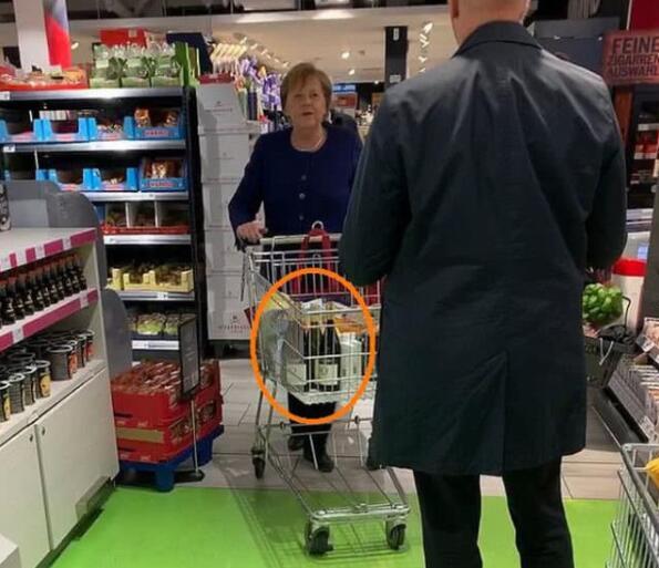 德国总理逛超市,购买了4瓶葡萄酒