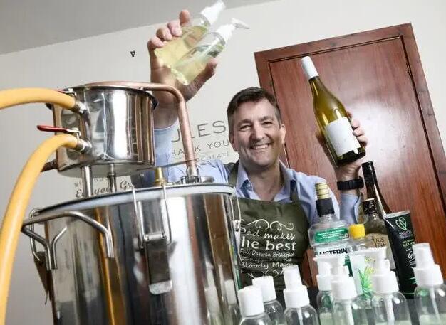 葡萄酒太多喝不完,英国男子用葡萄酒自制洗手凝胶