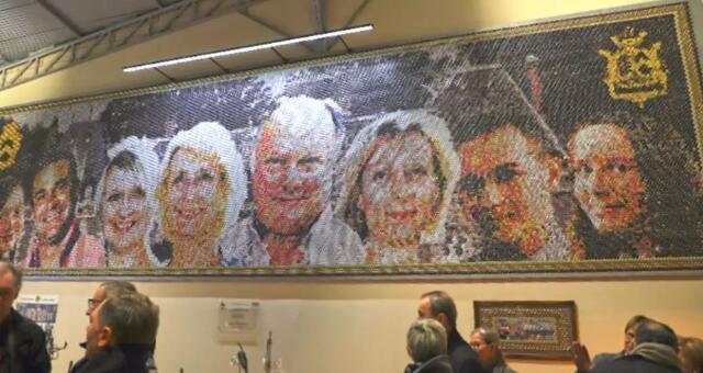 """香槟酿酒师展示由37440个香槟酒帽组成的巨大""""壁画"""""""
