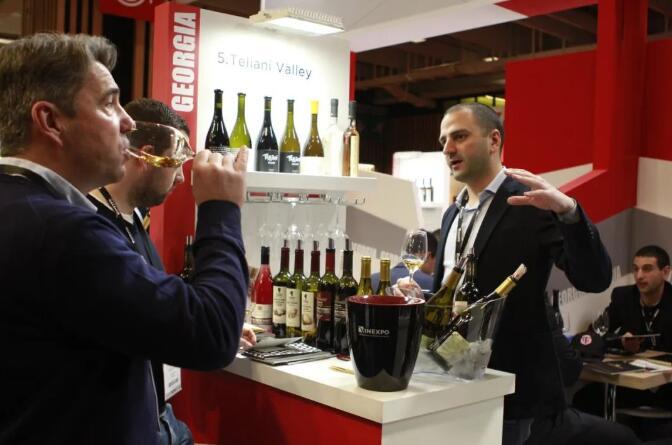 """格鲁吉亚葡萄酒商参加法国""""巴黎葡萄酒博览会"""""""