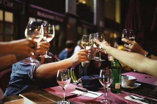 桃红葡萄酒口味清爽、色泽亮丽,你喜欢喝吗