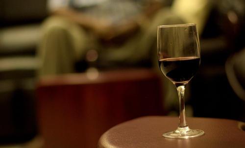 普通的红葡萄酒营养价值低,这时应该选酸酸的干红