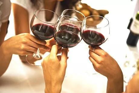 拿葡萄酒酒杯姿势可以看出人的性格