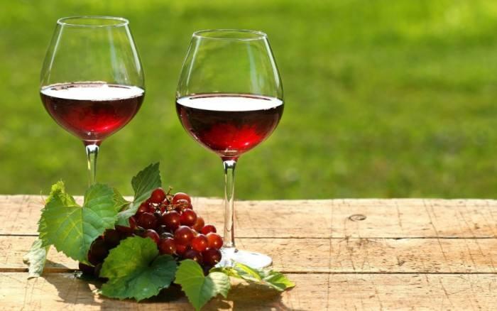 如何持杯把葡萄酒倒进酒杯