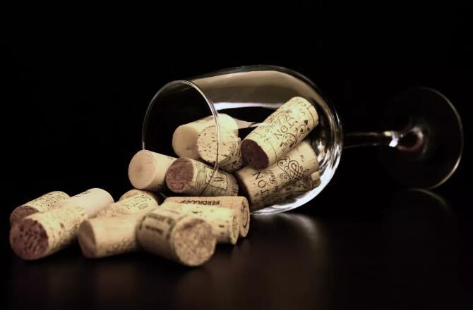 刚买的葡萄酒就漏液,这酒还能喝吗?