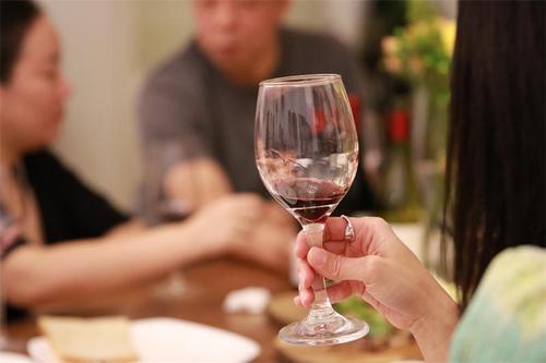 试管形瓶装葡萄酒你喝过吗