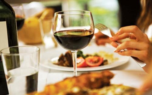 用葡萄酒怎么制作简单有效的护肤面膜呢