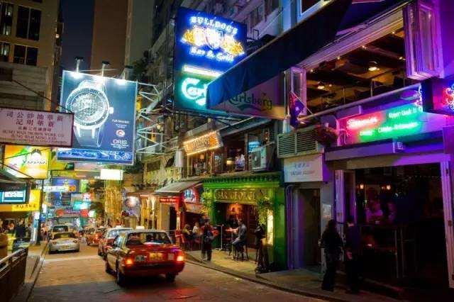 受疫情影响,香港酒吧等娱乐场所继续采取现行社交距离防疫措施