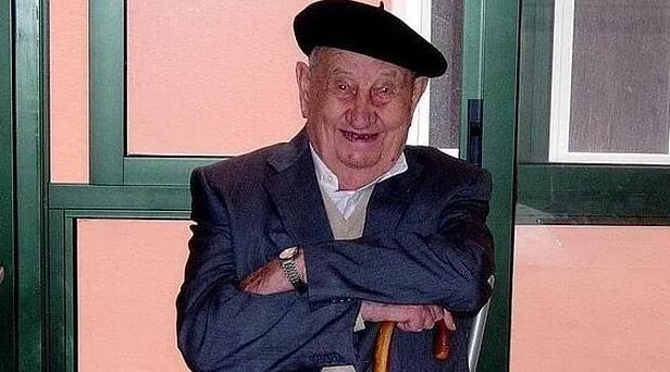 西班牙百岁老人离世,晚年不喝水,只饮葡萄酒
