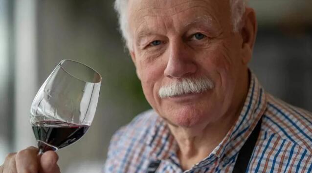 知名酒评家不当言论引发争议