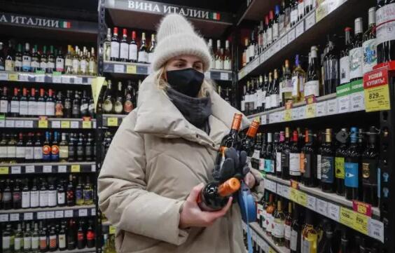 俄罗斯人接种俄罗斯新冠疫苗,两个月内不能喝酒