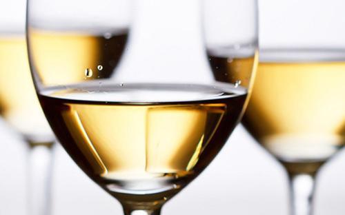品葡萄酒过程的关键是怎么使用高脚杯