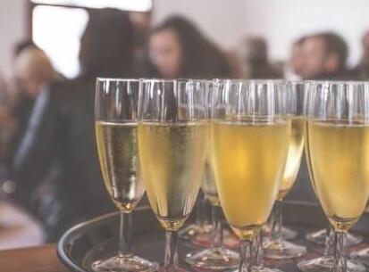 受疫情影响,英国人购买香槟数量剧增