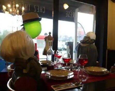 比利时某餐馆摆放假人,为他们提供葡萄酒服务