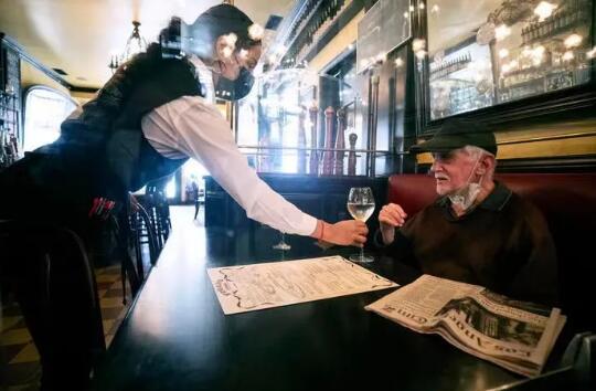 受疫情影响,餐饮业遭受打击,也影响了葡萄酒行业