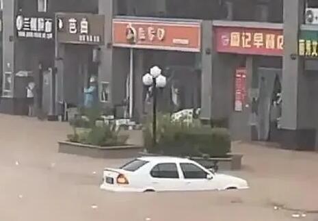 河南遭遇特大暴雨,酒商店铺进水,产品被淹