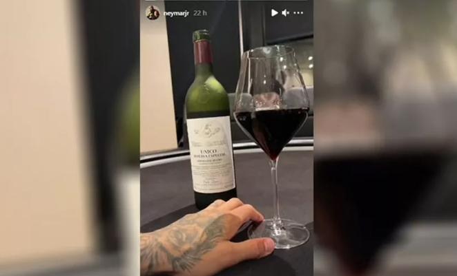 内马尔用贝加西西利亚酒庄葡萄酒庆祝姆巴佩进球