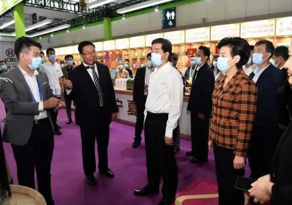 宁夏政府领导率队巡展首届中国(宁夏)国际葡萄酒文化旅游博览会