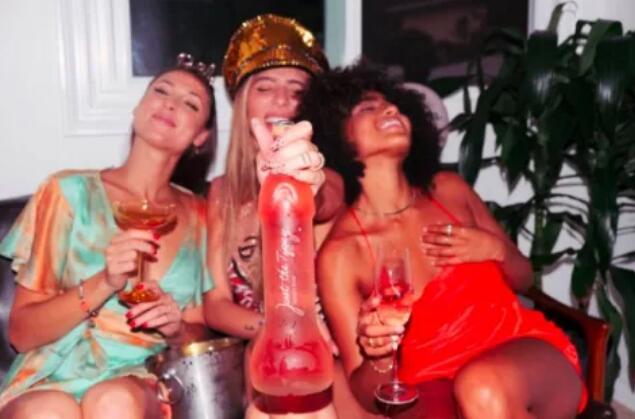 """""""丁丁""""形状桃红葡萄酒在网络走红,每瓶售价33.3美元"""