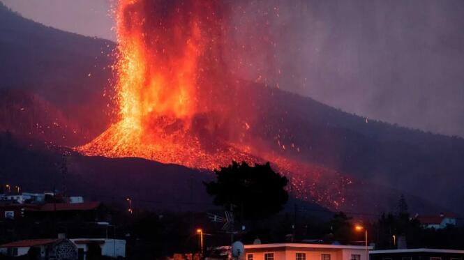 拉帕尔马岛火山爆发,当地葡萄园遭受破坏