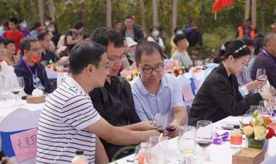 锁云湖国际葡萄酒度假小镇首届葡萄酿酒节暨美酒品鉴会日前举行